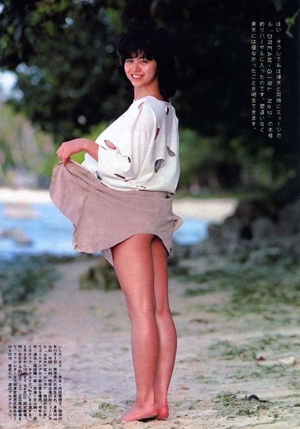 スカートを持ち上げる石田えり